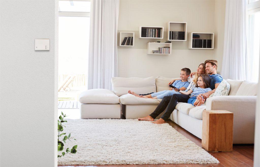 čidla kvality vzduchu v obývacím pokoji šťastná rodina